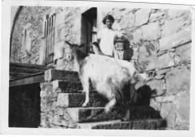 vers 1933 La chèvre et la petite fille
