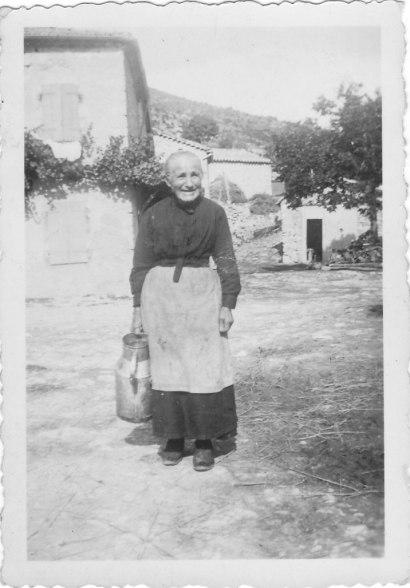 Marie Rey revenant de la fontaine du Brusc