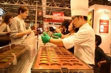 La pâtisserie Sadaharu Aoki propose également ses macarons beignets, réalisés avec une pâte à gaufre japonaise au thé matcha, rempli d'une pâte moelleuse et fondante au chocolat... une tuerie !