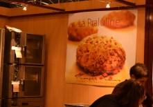 La praluline est une brioche tendre qui se décline soit avec des pépites de chocolat noir, soit comme sur l'affiche, avec des pralines.