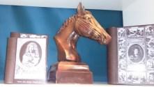 Buste de cheval et livres avec illustrations tout en chocolat.