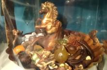 Tout droit sorti du laboratoire de la chocolaterie, le Bassin du char d'Apollon se pare de chocolats, fruits confits et diverses gourmandises. Tout se croque évidemment.