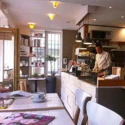 Café bretelles http://www.cafe-bretelles.fr/ Une sélection de cafés exceptionnelle, une déco extrêmement soignée, des petits plats et des pâtisseries plus qu'alléchants et beaucoup de convivialité ! Le café Bretelles c'est concept de Coffee Shop qui n'a rien à envier à ses concurrents strasbourgeois ! Nous on adore s'y réchauffer en hiver et y déguster des cafés frappés l'été ! C'est notre dernier coup de cœur du moment. Adresse : 57, Rue de Zurich