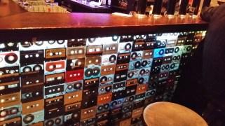 Le Phonographe http://www.coze.fr/lieux/le-phonograph-strasbourg/ Parce qu'on y écoute du bon son, parce que ce bar est toujours bondé et joyeux, parce que son patron est le plus cool de la Terre, le Phono est l'un de nos incontournables. On s'y retrouve dans la soirée pour siroter un verre de vin ou de vieux rhum, déguster une planchette généreusement garnie ou faire une partie de Mario Kart. Le mix parfait. Adresse : 2, Rue de l'Arc-en-ciel
