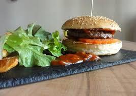 Le Pied de Mammouth http://lpmburger.fr/ Bon vous l'aurez compris, les burgers nous on adore ça et si c'est aussi votre cas, le Pied de Mammouth est fait pour vous. Des burgers entièrement maison, une carte qui change régulièrement, des frites croustillantes, et une déco et un concept sympa, on n'y résiste pas. Adresses : 58 Avenue de la Forêt Noire OU 4 Rue Sellenick