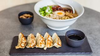 """Ramen Shop https://www.facebook.com/ramenshopfrance/ Manger japonais à Strasbourg, et autre chose que des sushis, c'est désormais possible en plein cœur de la ville. Le Ramen Shop est un """"noodle bar"""" qui propose des bouillons japonais à base de nouilles (ramen) et d'autres petits plats généreux à prix très abordable. Notre nouveau QG Lunch entre copines. Victime de son succès, il vaut mieux s'y rendre tôt pour être sûr d'y trouver un siège. Adresse : 22 Rue du vieux marché aux grains"""