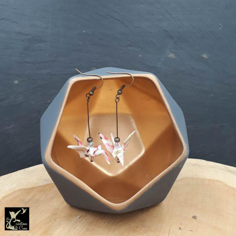 Boucles d'oreilles en origami. Le pliage est une grue traditionnelle réalisée à partir d'un papier japonais écru au motif fleuri rose poudré.