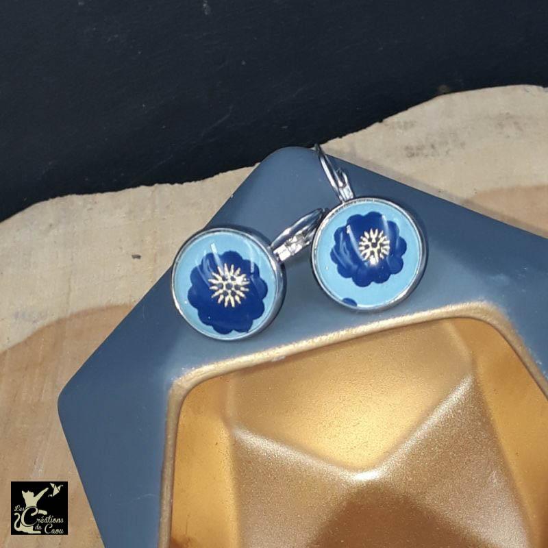 D'une grande légéreté, ces boucles d'oreilles dormeuses décorées avec un papier japonais bleu ciel viendront sublimer vos tenues avec élégance.