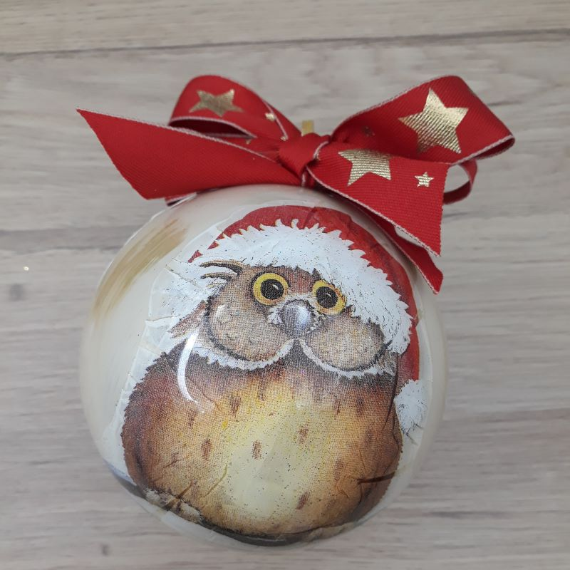 Boule de Noël décorée à la main avec passion dans notre atelier de Lambersart (Lille). Motif : Hibou de Noël.