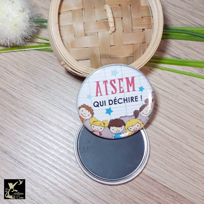 Petit cadeau ATSEM : magnet, miroir, porte-clés, décapsuleur, badge, marque-page.