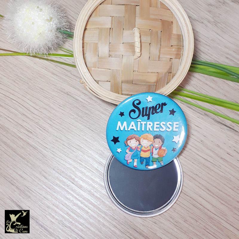 Petit cadeau pour remercier la maitresse de votre enfant : magnet, miroir, porte-clés, décapsuleur, badge, marque-page.