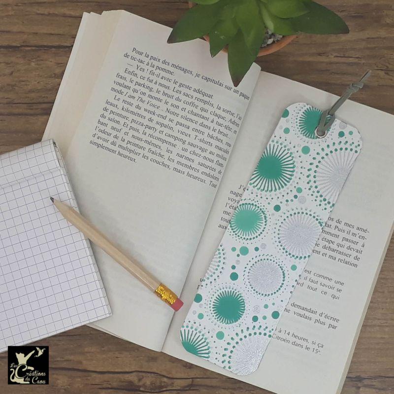 Ne perdez plus le fil de vos lectures ! Ce marque-page artisanal, recouvert d'un élégant papier indien au motif de cercles deviendra votre allié.