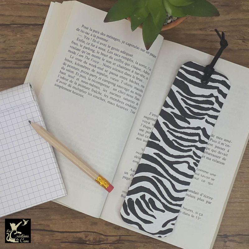 Ne perdez plus le fil de vos lectures ! Ce marque-page artisanal, recouvert d'un élégant papier indien au motif zébré noir et blanc deviendra votre allié.