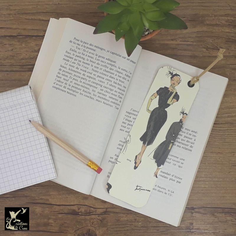 Ne perdez plus le fil de vos lectures ! Ce marque-page artisanal, recouvert d'un élégant papier italien orné de femmes élégantes deviendra votre allié.