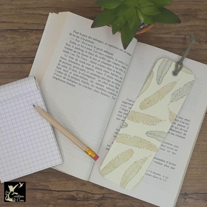Ne perdez plus le fil de vos lectures ! Ce marque-page artisanal, recouvert d'un élégant papier italien orné de plumes or et argent deviendra votre allié.