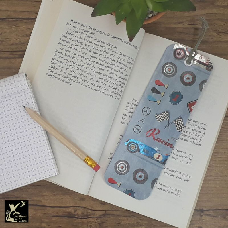 Ne perdez plus le fil de vos lectures ! Ce marque-page artisanal, recouvert d'un élégant papier italien racing vintage deviendra votre allié.