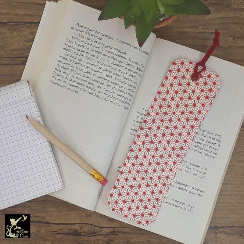 Ne perdez plus le fil de vos lectures ! Ce marque-page artisanal, recouvert d'un élégant papier japonais au motif étoilé rouge deviendra votre allié.