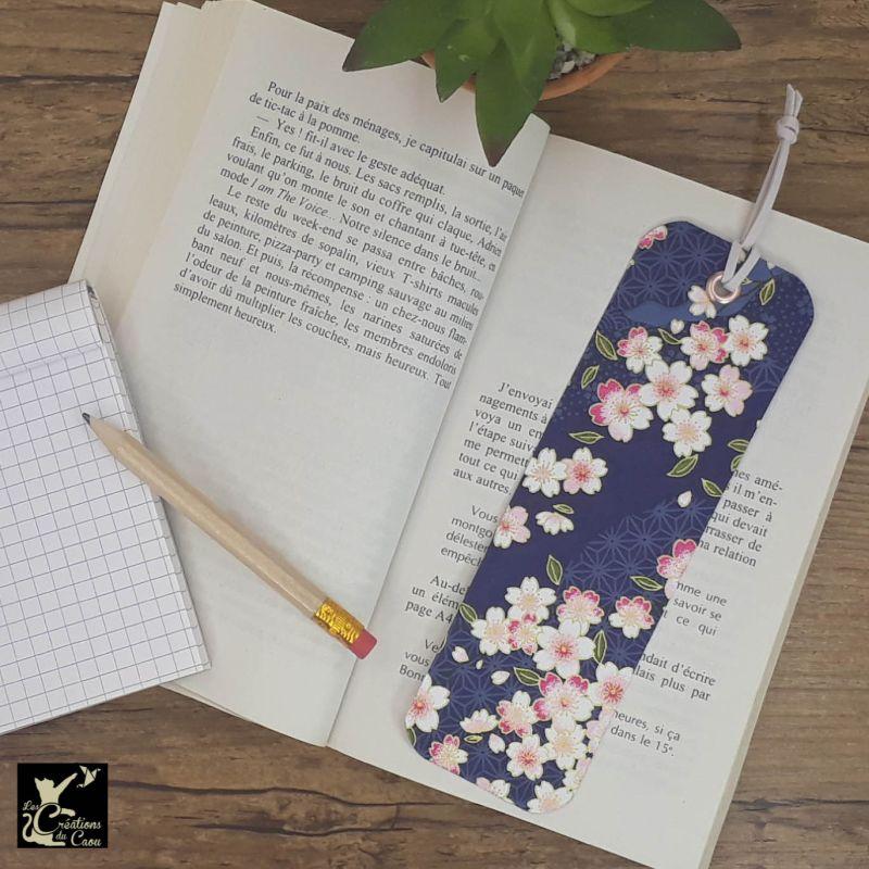 Ne perdez plus le fil de vos lectures ! Ce marque-page artisanal, recouvert d'un élégant papier japonais bleu marine fleuri deviendra votre allié.