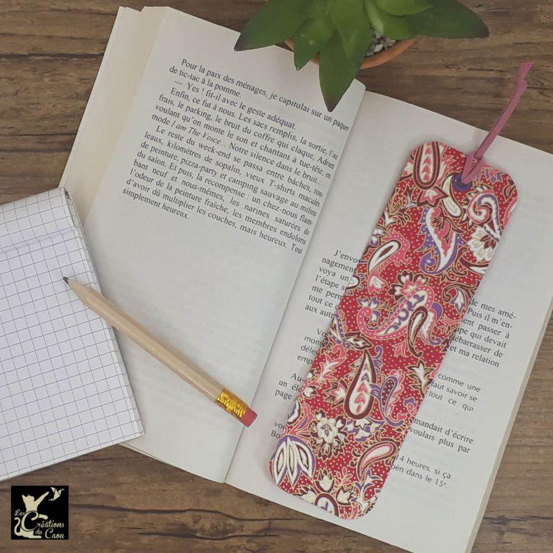 Ne perdez plus le fil de vos lectures ! Ce marque-page artisanal, recouvert d'un élégant papier japonais fuchsia orné de paisley deviendra votre allié.