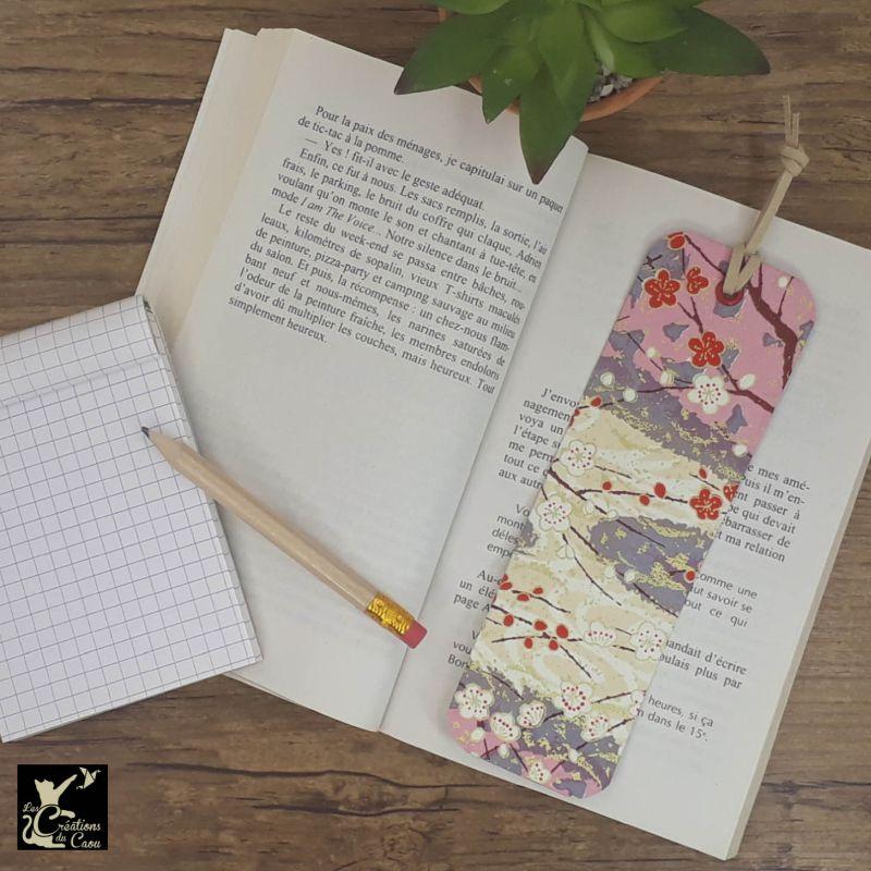 Ne perdez plus le fil de vos lectures ! Ce marque-page artisanal, recouvert d'un élégant papier japonais fleuri aux couleurs tendres deviendra votre allié.