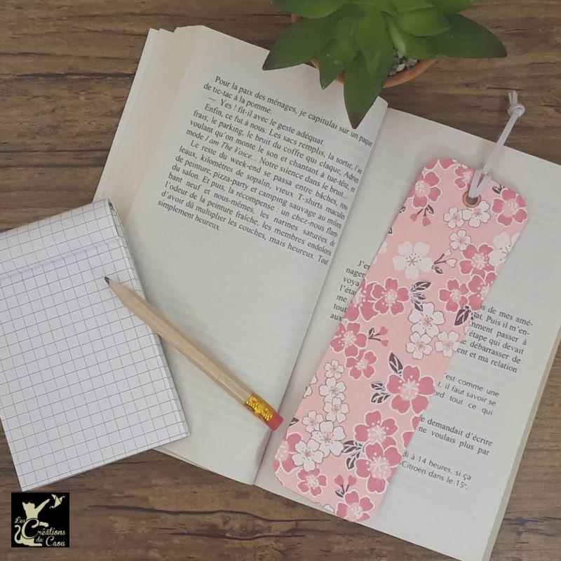 Ne perdez plus le fil de vos lectures ! Ce marque-page artisanal, recouvert d'un élégant papier japonais rose tendre fleuri deviendra votre allié.