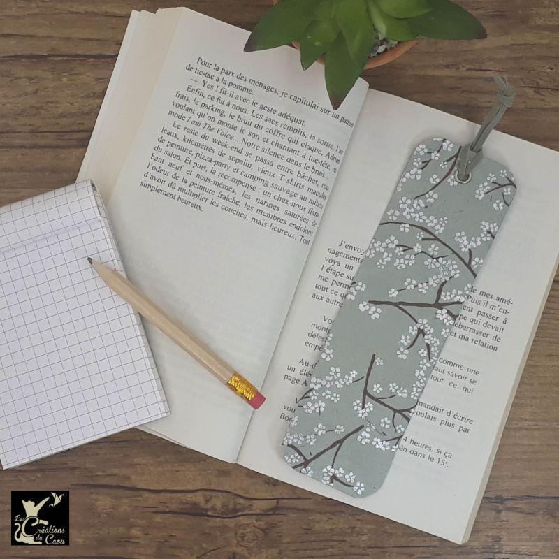Ne perdez plus le fil de vos lectures ! Ce marque-page artisanal, recouvert d'un élégant papier népalais gris orné de branches deviendra votre allié.