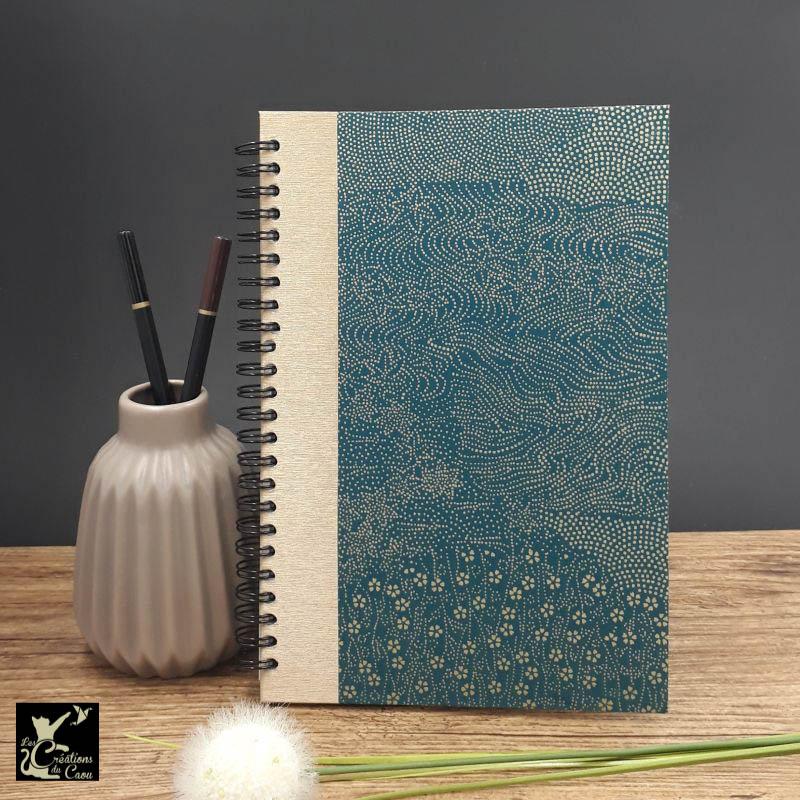 Répertoire à spirale recouvert de papier japonais bleu pétrole aux motifs couleur or. L'intérieur est organisé en onglets lettre par lettre.