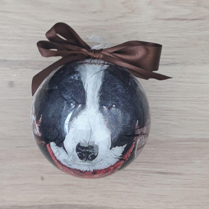 Grande boule décorée à la main. Motif : chien, berger australien
