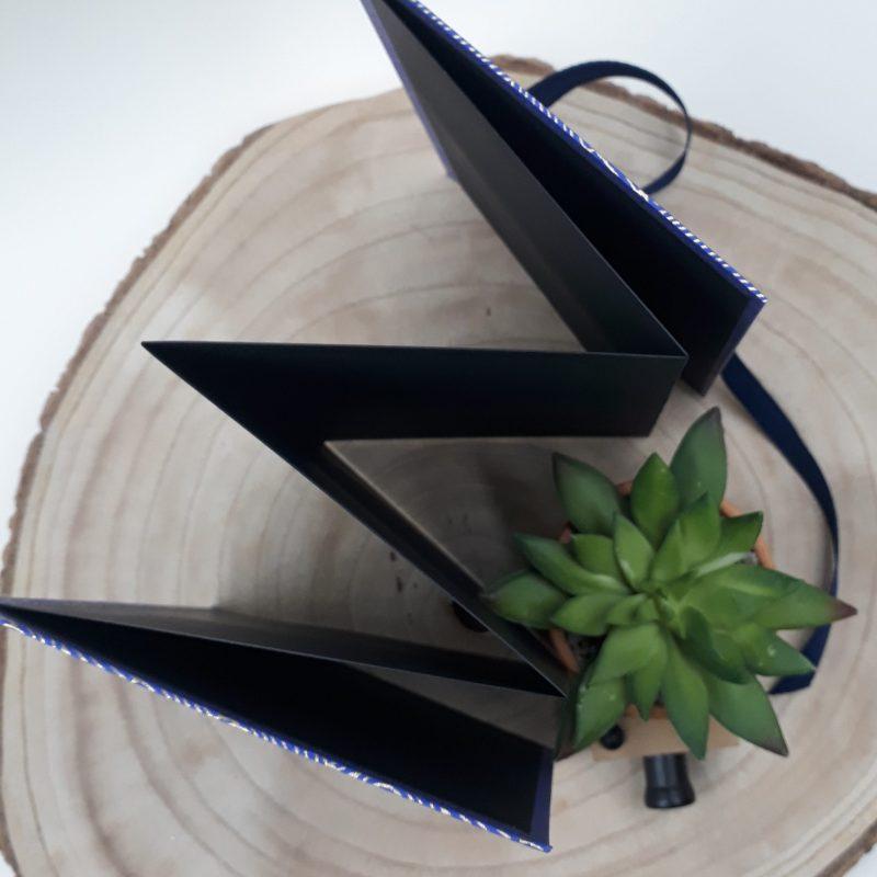Album photo leporello réalisé à la main dans notre atelier de Lambersart (Lille), recouvert d'un papier japonais bleu roi au motif de vagues dorées.