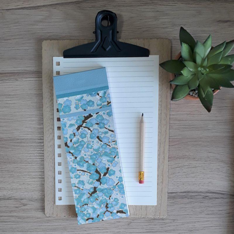 Bloc à listes réalisé à la main dans notre atelier de Lambersart (Lille), recouvert de papier japonais écru au motif de fleurs de pruniers bleu ciel.