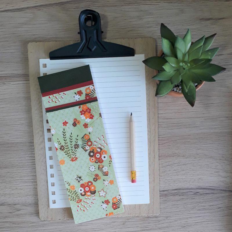 Bloc à listes réalisé à la main dans notre atelier de Lambersart (Lille), recouvert de papier japonais vert tendre au motif fleur orange, rouge et brun.