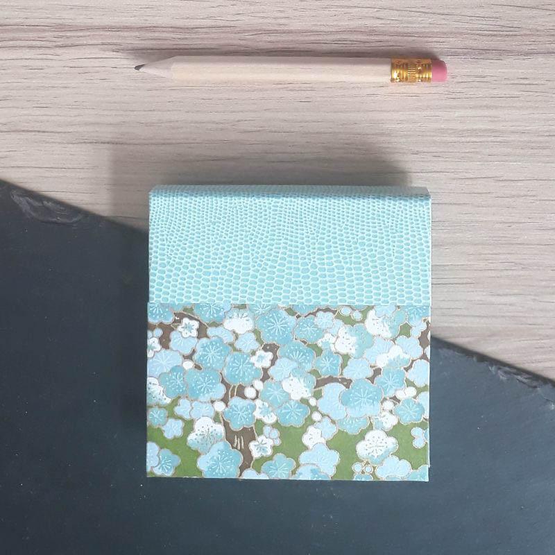 Porte bloc à post-it de la marque de papeterie lilloise : les créations du caou. Papier japonais bleu et vert fleuri.