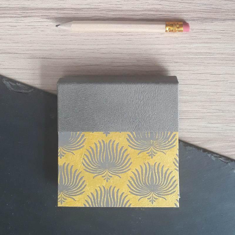 Porte bloc à post-it de la marque de papeterie lilloise : les créations du caou. Jaune moutarde ocre gris anthracite.