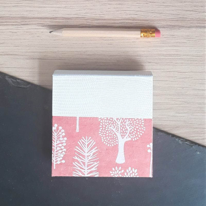 Porte bloc à post-it de la marque de papeterie lilloise : les créations du caou. Corail et blanc.