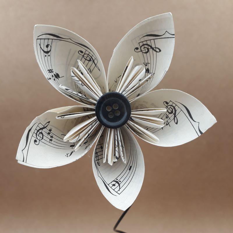 Fleur en origami, motif partition de musique, pliée à la main dans notre atelier de Lambersart.