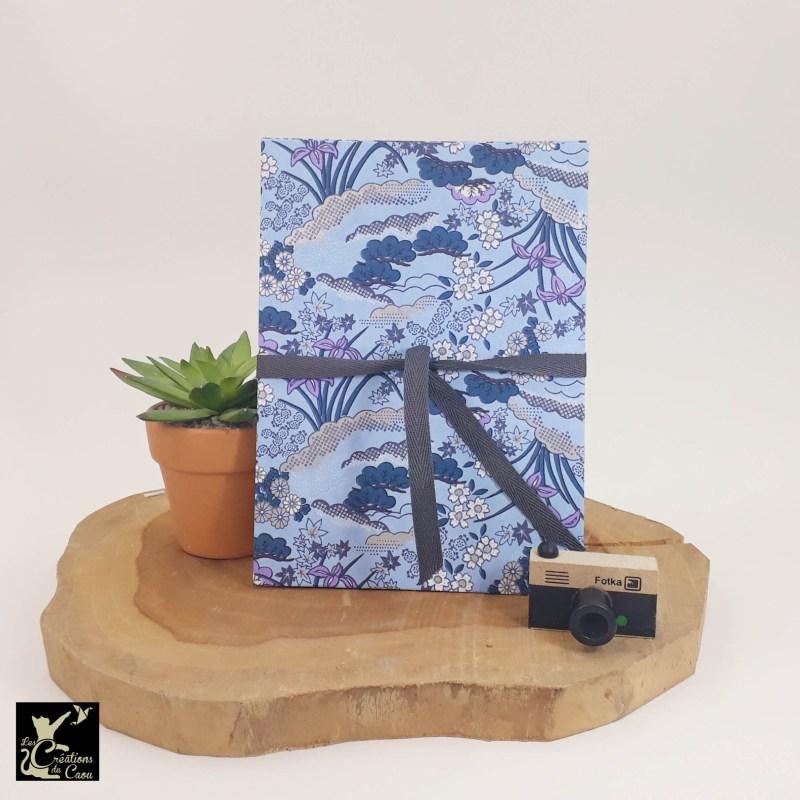 Album photo leporello réalisé à la main dans notre atelier de Lambersart (Lille), recouvert d'un papier japonais bleu mauve au motif d'iris.