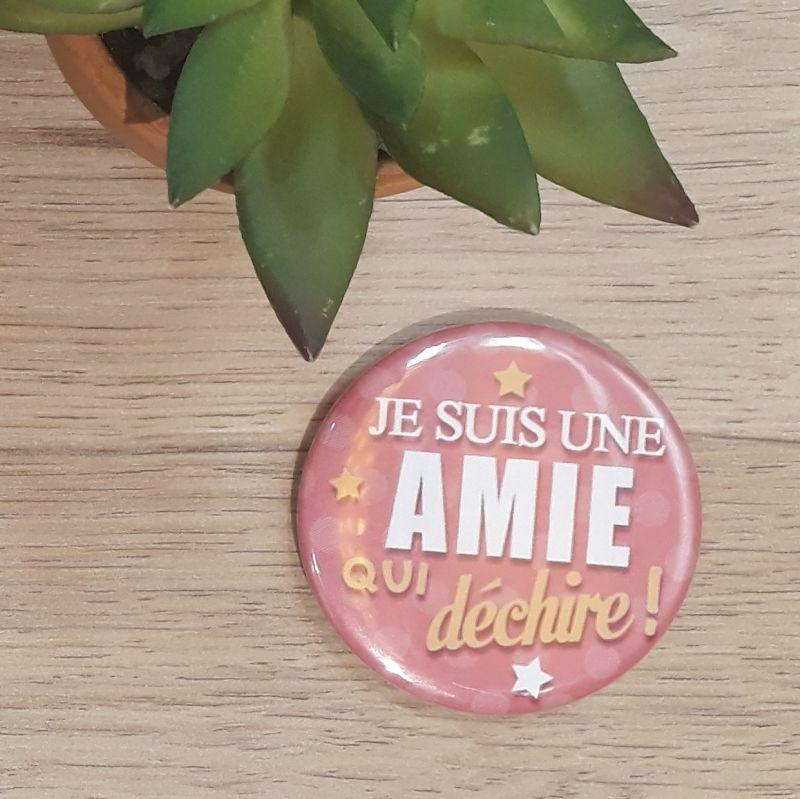 Magnet, badge réalisé à la main dans notre atelier de Lambersart (Lille) pour un(e) ami(e).