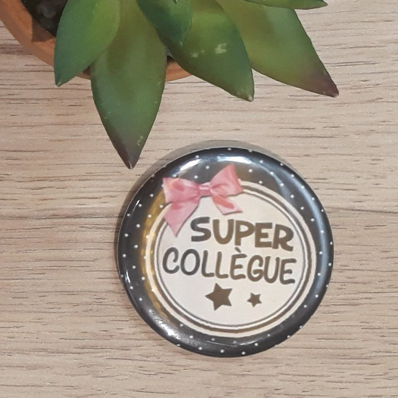 Magnet, badge réalisé à la main dans notre atelier de Lambersart (Lille) pour un collègue.