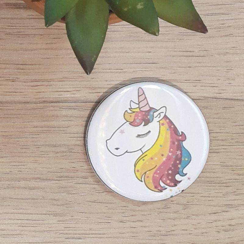 Magnet, badge réalisé à la main dans notre atelier de Lambersart (Lille) pour une fan de licorne.