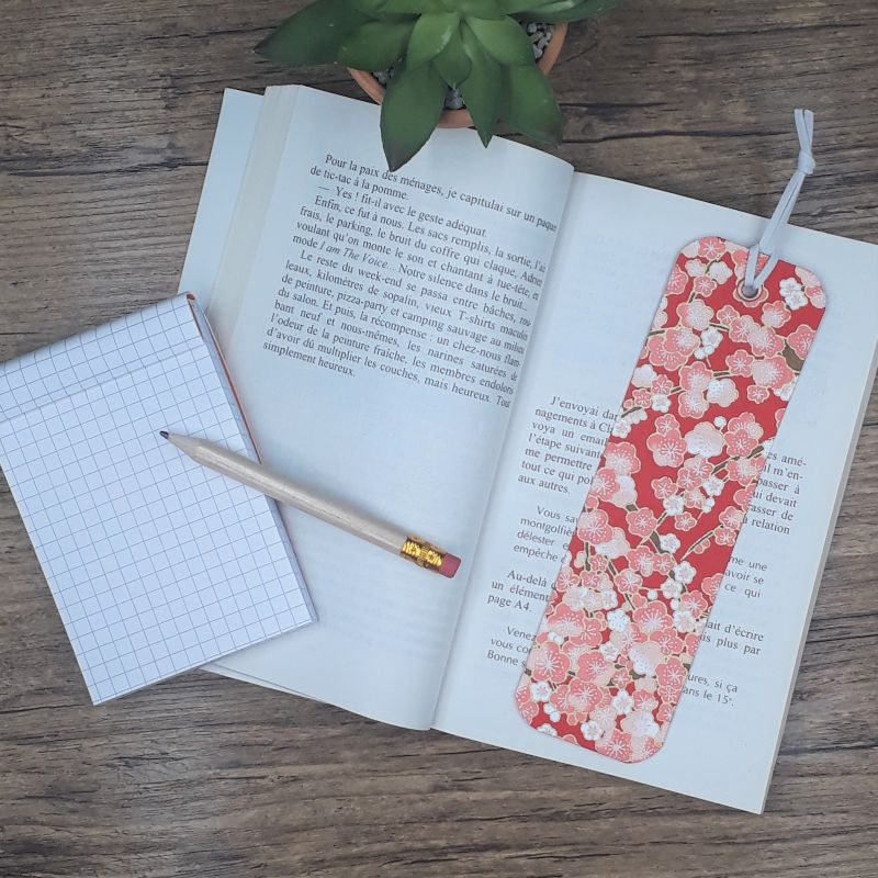Marque-page artisanal recouvert de papier japonais rouge fleuri