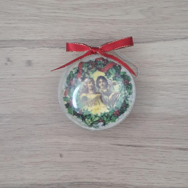 Médaillon, boule plate décorée à la main. Motif : anges vintage, ruban rouge