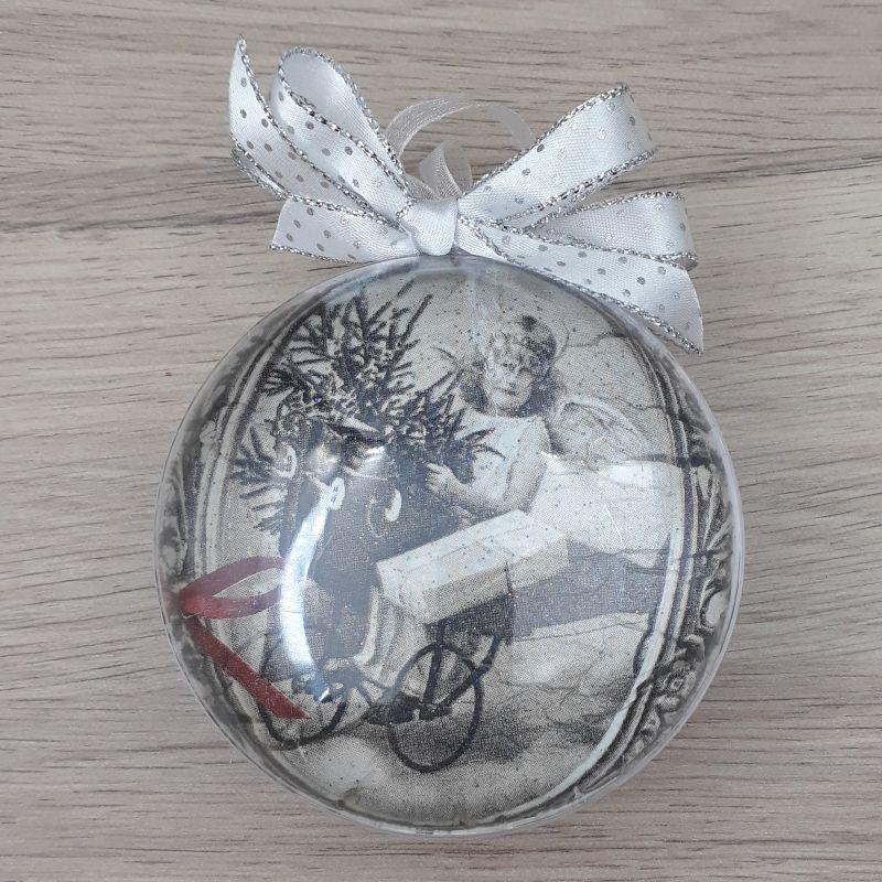 Médaillon, boule plate décorée à la main. Motif : enfant et charrette