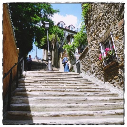 Pause à mi-chemin des escaliers !
