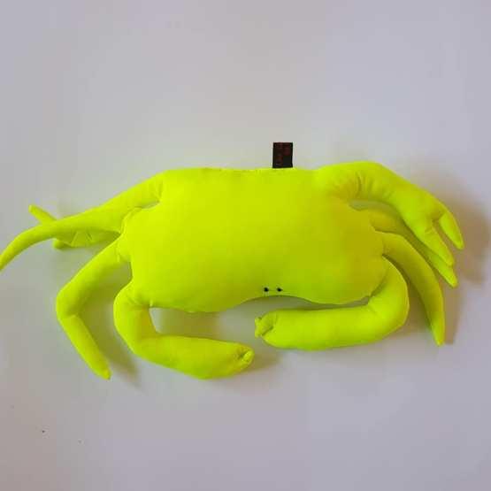 Petit crabe repose-tête jaune fluo.Fred Petit, coussin crabe,
