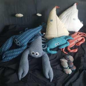 coussins bateaux, coussins crabes repose-têtes, suspensions méduses,coussins homards, porte-clés