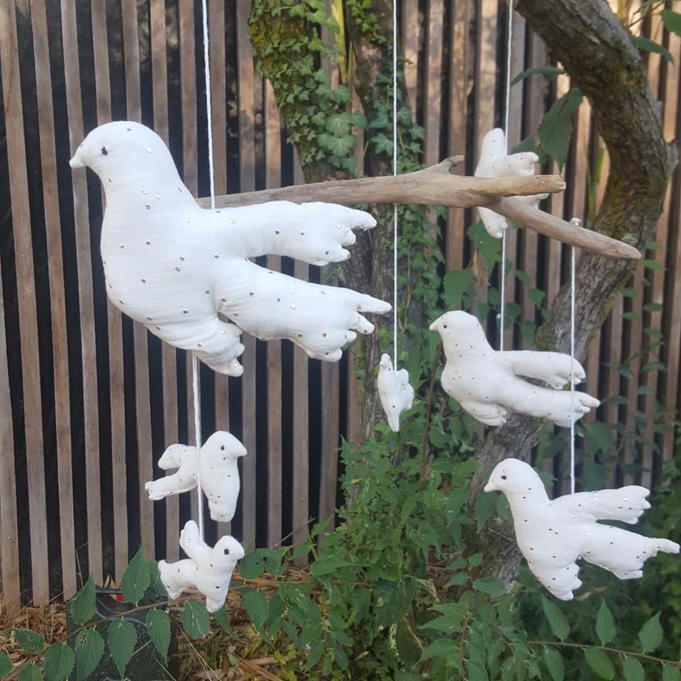 suspension oiseaux sur bois flotté, mobile pièce unique.artis, made in Franceanat        tté, gaze blanche et or, yeux brodés, création Fred Petit