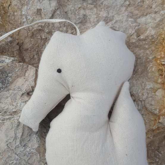 détail-hippocampe-coton-ecru-à-suspendre