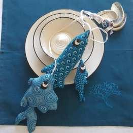 serviette-brodée-algue-et-grappe-de-pêche-à-suspendre