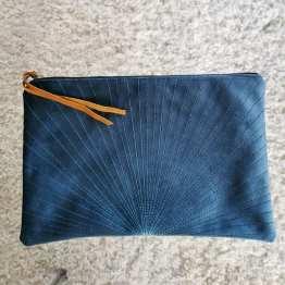 pochette bleue velours ras ligne ciel
