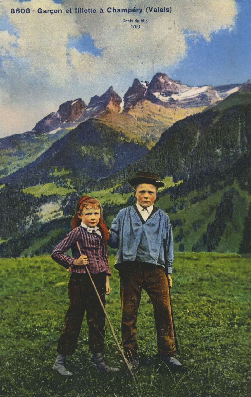 Carte postale. Garçon et fillette à Champéry (Valais)